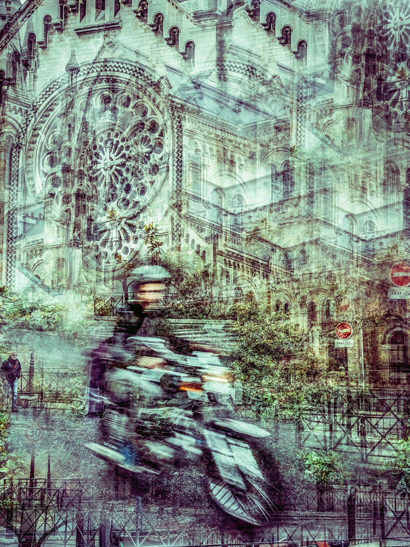 Motard devant l'église