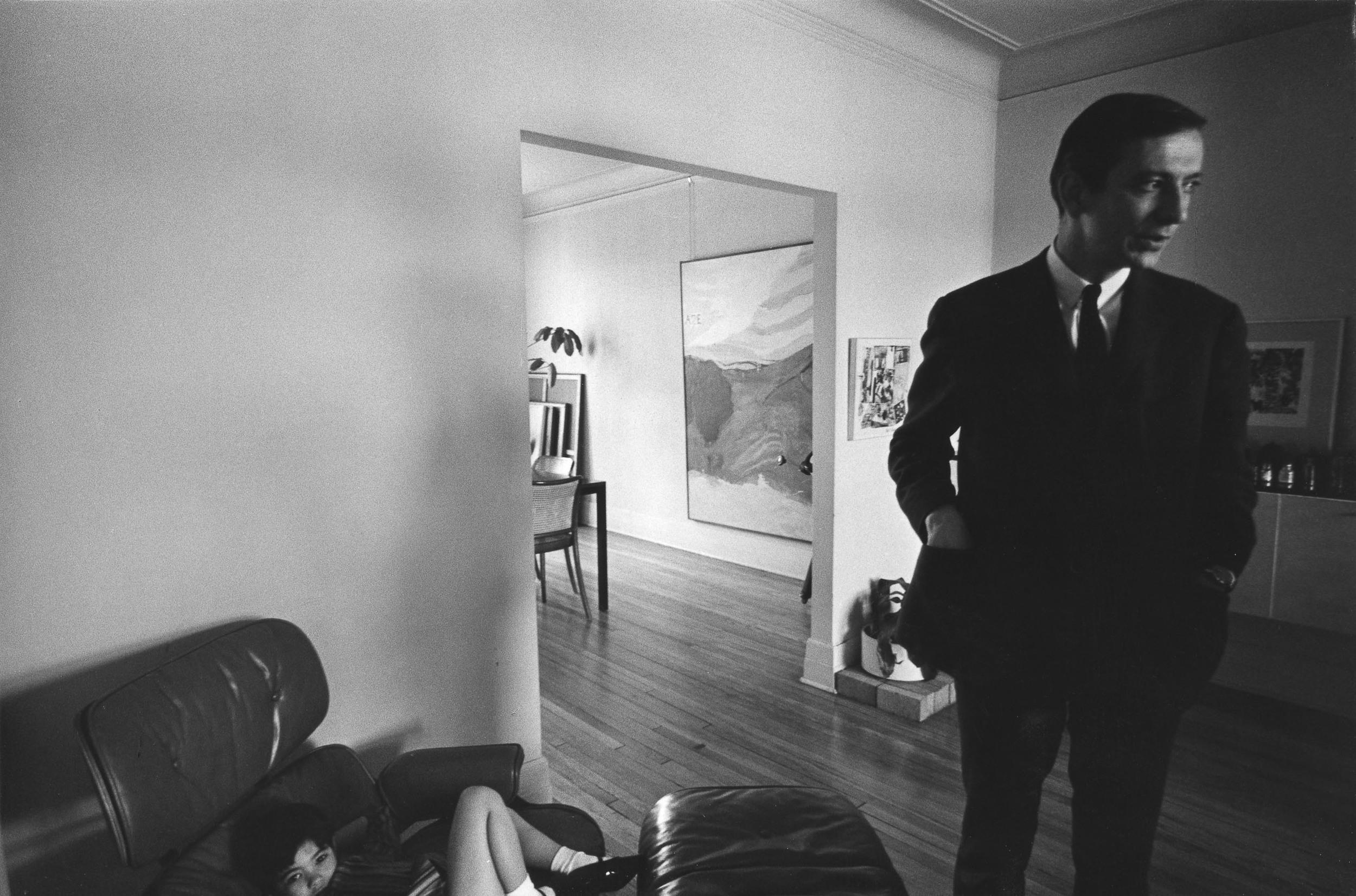 "Charles & Erika Gagnon photographiés par Hiroshi Hamaya sur la rue Addington avec ""Été - Summer"", circa 1968"