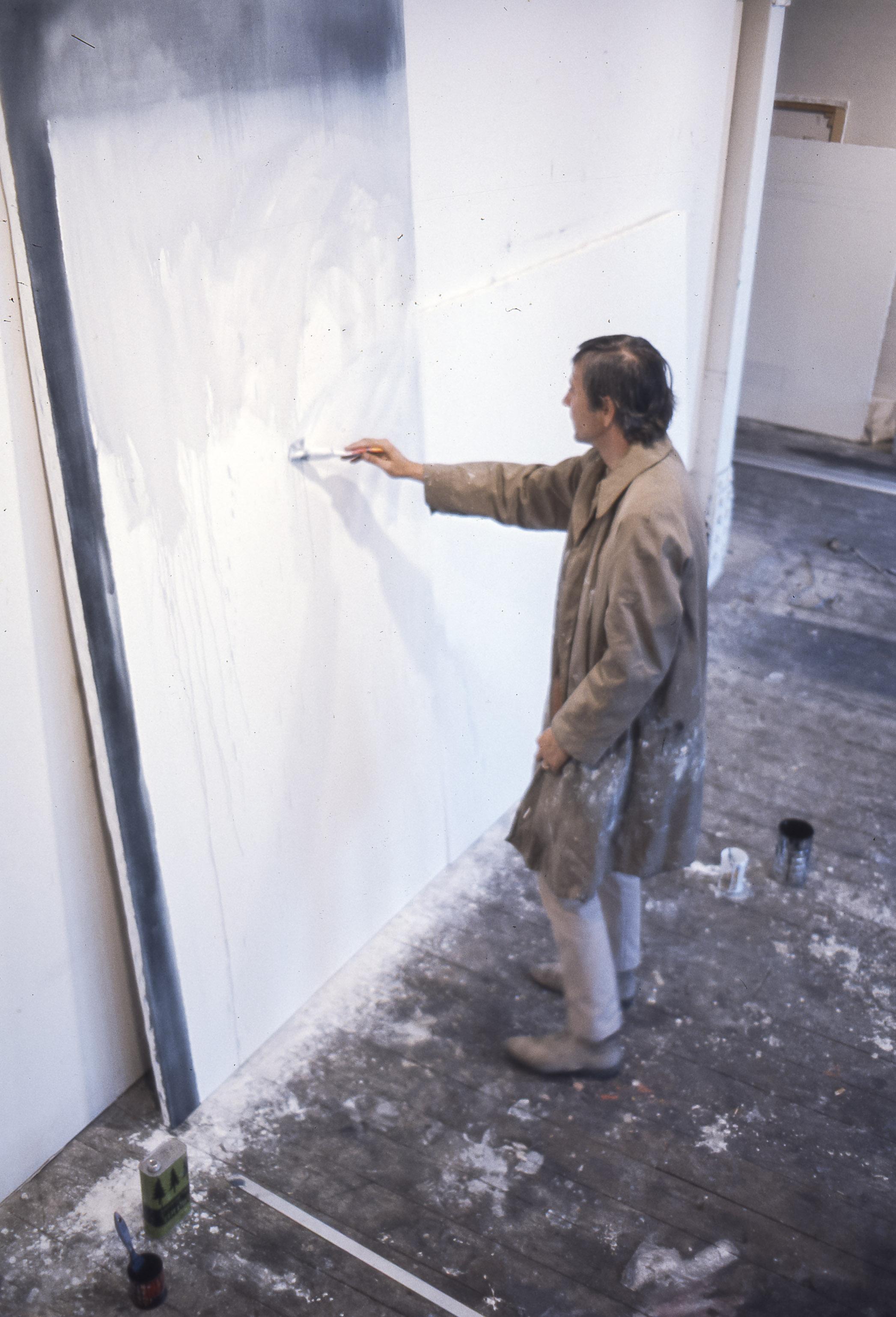 Charles Gagnon peint dans son studio de la rue St Paul, Vieux Montréal, circa 1968