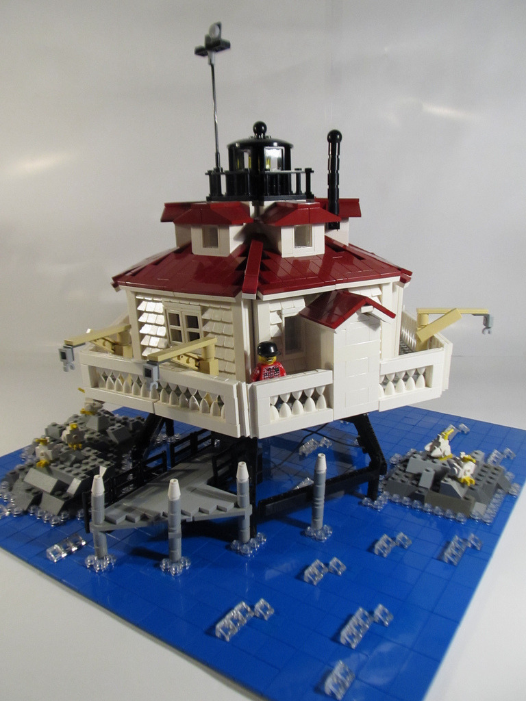 The Thomas Point screwpile lighthouse, off Annapolis, correct down to the privy hanging over the water-is there anything Legos can't do?     kockamaniahu :     Thomas Point Lighthouse (by  rabidnovaracer )