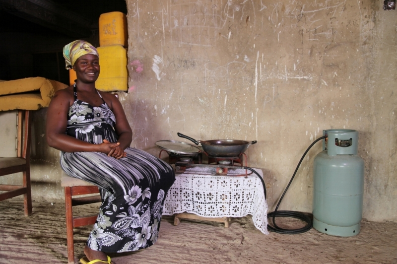 Ghanaian woman with LPG 2.jpg