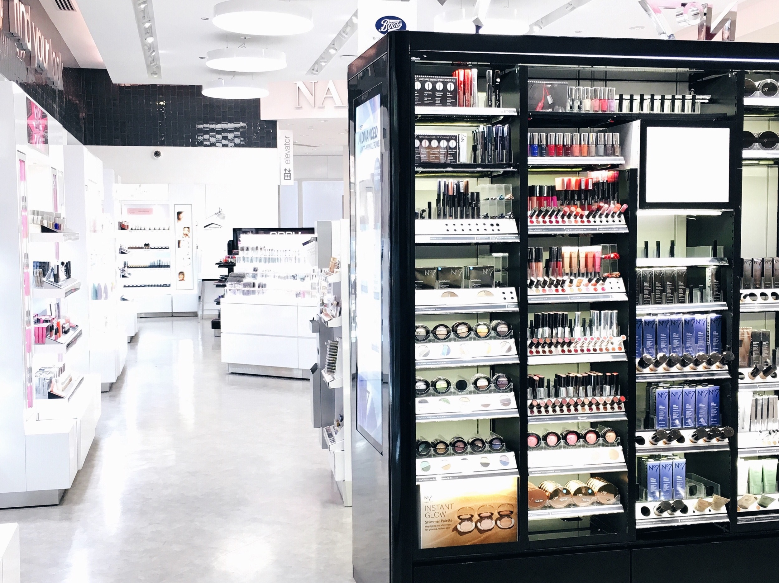 WALGREENS LOOK BOUTIQUE AT CLARK & BROADWAY IN CHICAGO