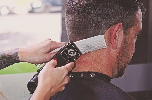 💈it's all about the details 💈 #menshair #mensgroomingspecialist #mensgrooming #osterclippers #osterclassic76 #clipperovercomb #barber #hairstylist #orangecounty #salon #phenixsalonsuites