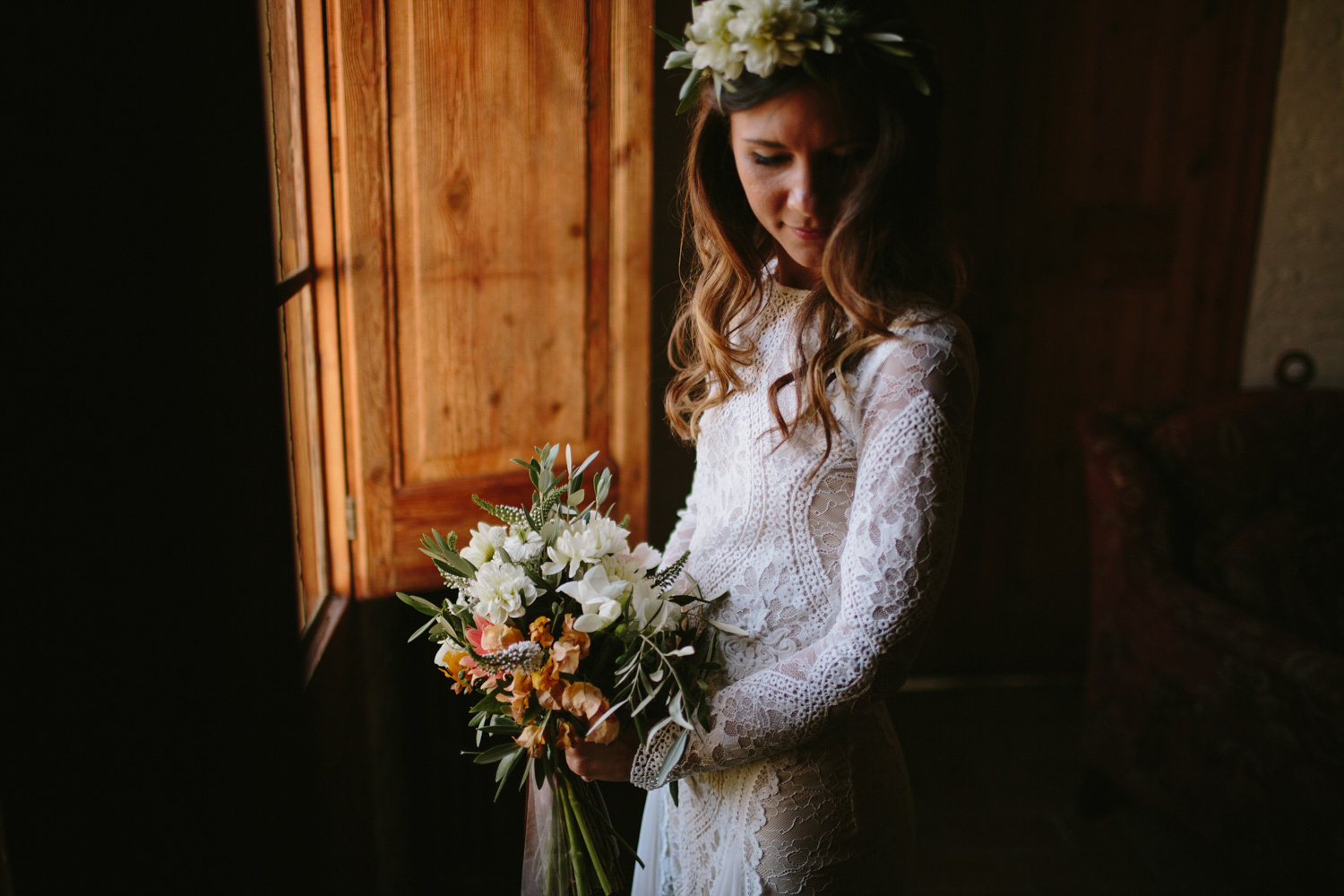 boho bride with her bouquet
