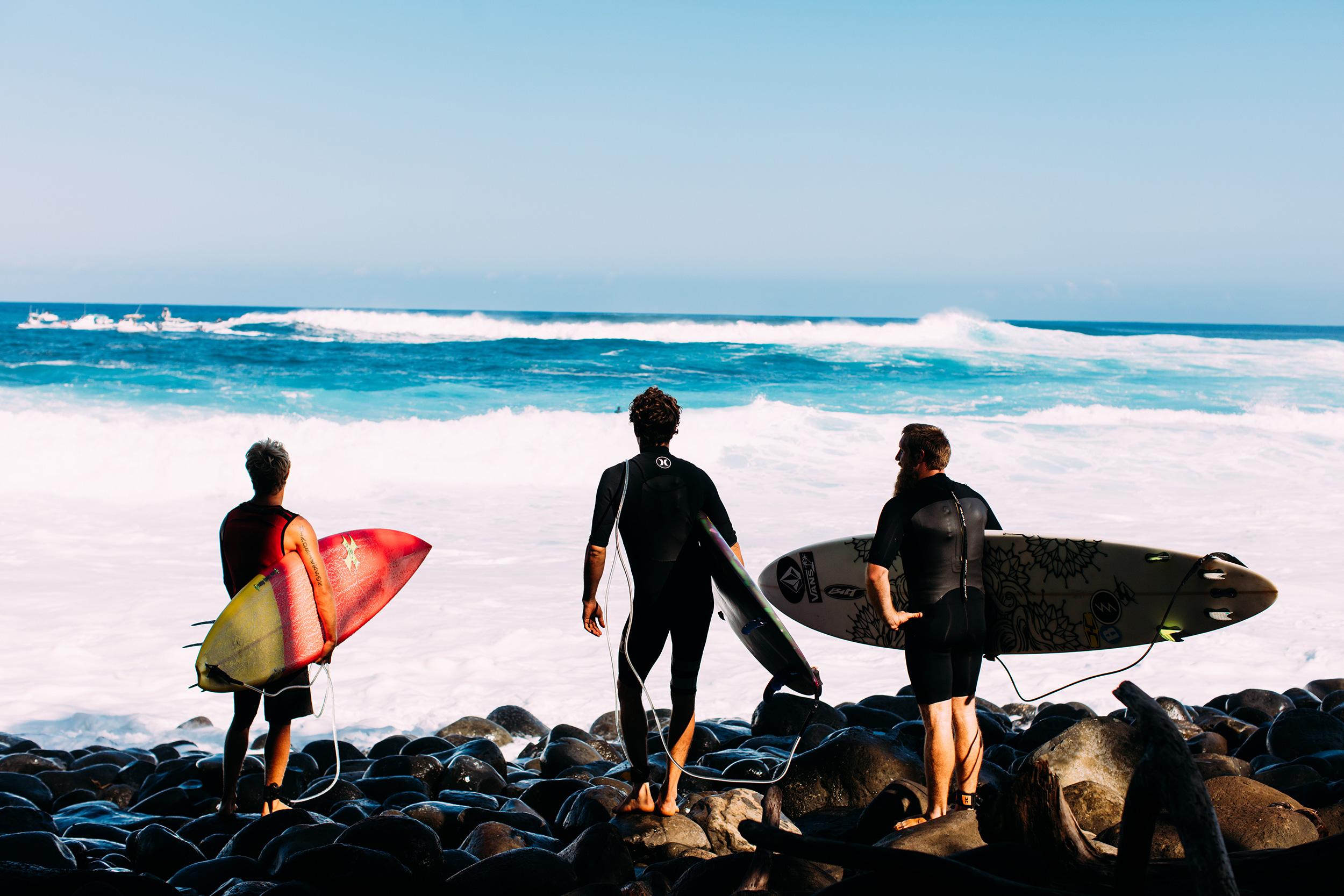 surfers at jaws peahi