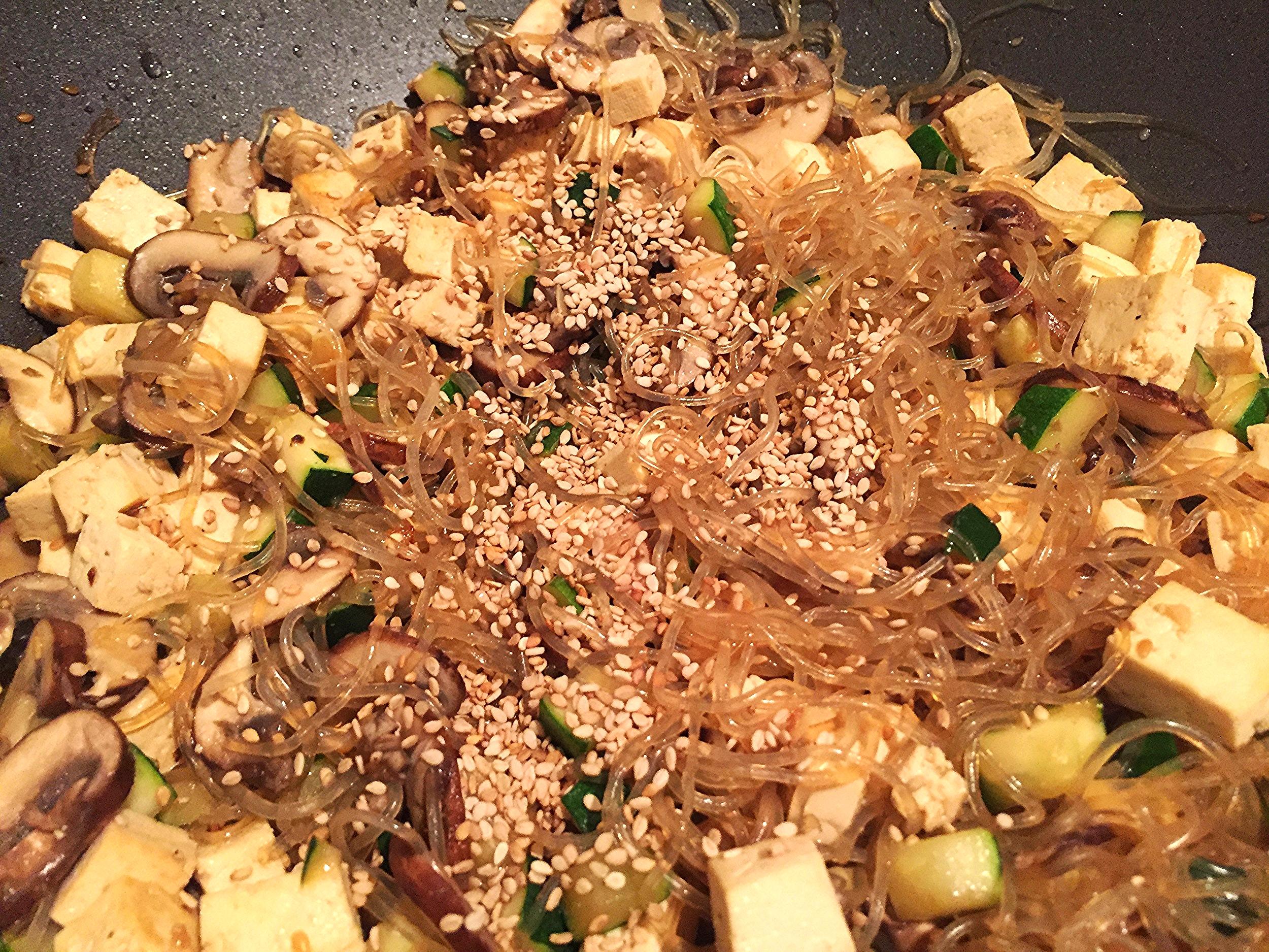 Stir-fried kelp noodles, vegetables and tofu