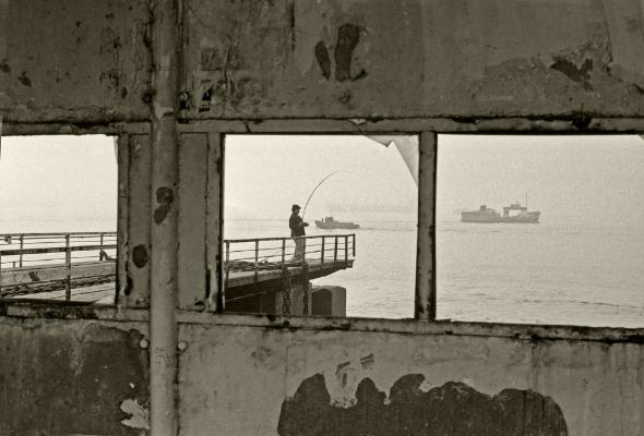 Luís Barreira  Pescador no Cais do Sodré, 1982  fotografia  Gelatin-Silver Print  24x30 cm
