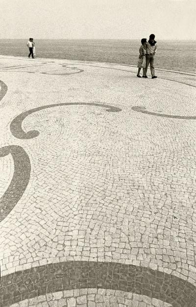 """Luís Barreira  """"Couples"""", Marginal de Cascais, 1987  Fotografia  Gelatin-Silver Print  série:    Street Photography     arquivo:F_030_4585, 1987"""