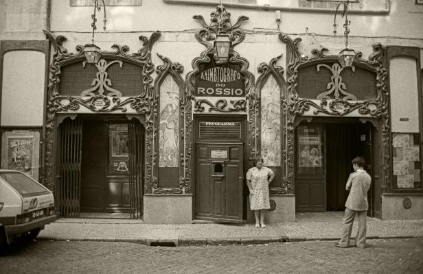 Luís Barreira  Animatógrafo do Rossio, Lisboa, 1988  Fotografia  Gelatin-Silver Print  série:  street photography   arquivo:F_042_5141, 1988