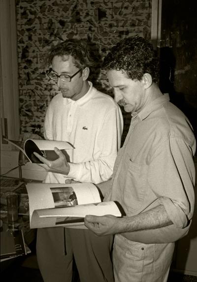 Luís Barreira  António Palolo (1946-2000)  Numa tertúlia artística em casa de Artur Amaro (esquerda da fotografia) no ano 1990.  Fotografia  Gelatin-Silver Print  série:   portraits