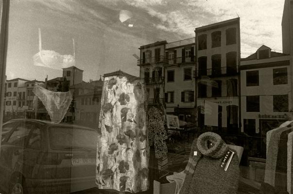 Luís Barreira  Montra, Funchal, 1997  Fotografia  Gelatin Silver print  Série:  velaturas   arquivo:F_343_8325, 1997
