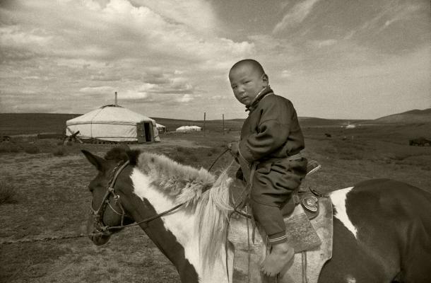 "Luís Barreira  ""young knight in a landscape"", 1996  Estepe mongol  Fotografia  Gelatin Silver print  arquivo:F_231_12986, 1996"