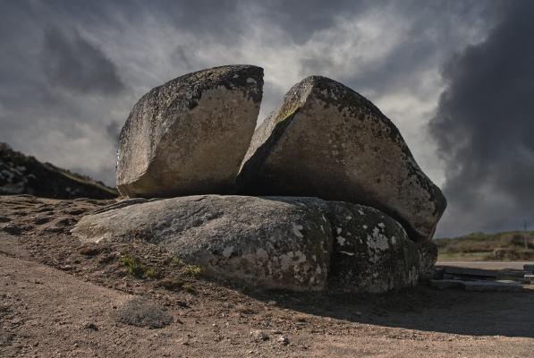 Luís Barreira  Pedra da Bolideira, 2011  Chaves  fotografia  série: Megalíticos  arquivo:10_0279, 2011