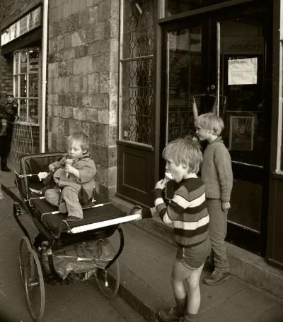 "Luís Barreira  ""ice cream""  York, UK, 1988  Fotografia  Gelatin Silver print  série:   street photgraphy    arquivo:F_038_5025, 1988"