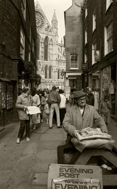 Luís Barreira  Evening Post  York, UK, 1988  Fotografia  Gelatin Silver print  série:   street photography    arquivo:F_037_4982, 1988