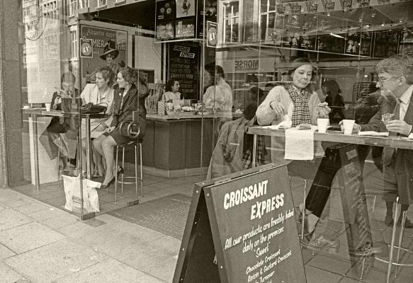 "Luís Barreira  "" croissant express "", 1988  London  Fotografia  Gelatin Silver print  Série:   street photography    arquivo:F_038_5048, 1988"