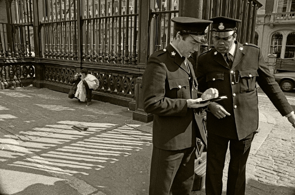 Luís Barreira  Guards, 1988  British Museum  London  Fotografia  Gelatin Silver print  serie:   street photography    arquivo: F_038_5054, 1988