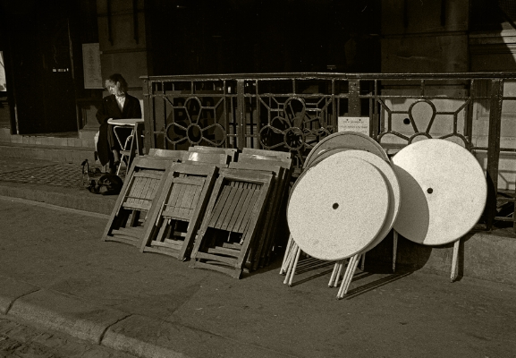 "Luís Barreira  "" Squares and Circles "", 1988  London  Fotografia  Gelatin Silver print  serie:   street photography    arquivo: F_039_5060, 1988"