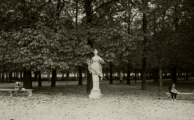 Luís Barreira   Jardin de Tuileries , 1989  Fotografia  Gelatin Silver print  serie:   street photography    arquivo: F_064_6006, 1989