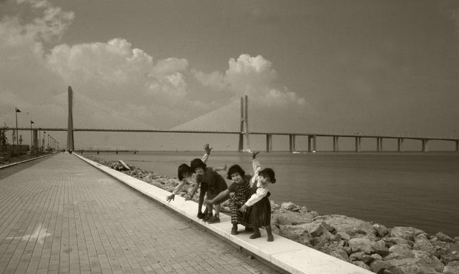 """Luís Barreira  """"Bailarinas"""", 1998  Parque das Nações - Lisboa  Catarina, Inês, Rita e Mariana  Fotografia  arquivo: F_378_16827, 1998"""