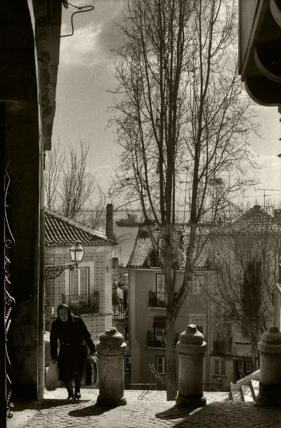 Luís Barreira  Alfama, 1981  Fotografia  Gelatin Silver print  serie:   street photography    arquivo:F_004_4652, 1981