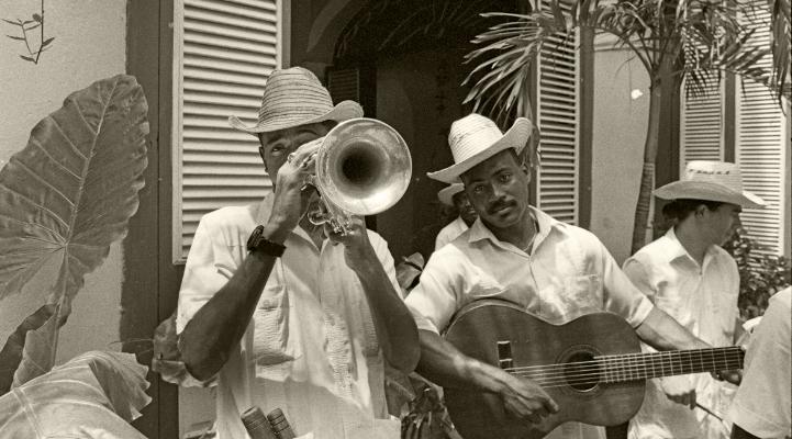 """Luís Barreira  """"Los Habaneros""""  Havana, 1997  Fotografia  Gelatin Silver print  Série: CUBA'97  Exposição na Galeria Imargem - Almada, 1999  Publicação em Livro (Depósito Legal 144 759/99)  arquivo:F_311_7257, 1997"""