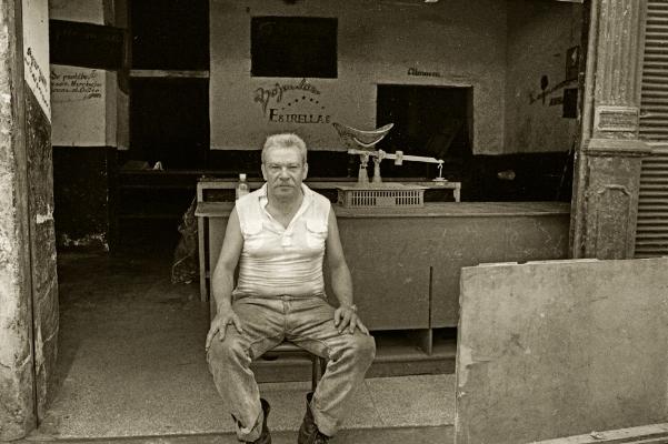 Luís Barreira  Tienda - Havana, 1997  Fotografia  Gelatin Silver print  Série: CUBA'97  Exposição na Galeria Imargem - Almada, 1999  Publicação em Livro (Depósito Legal 144 759/99)  arquivo:F_311_7275, 1997
