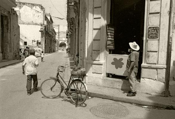 """Luís Barreira  """"La Empresa""""  Havana, 1997  Fotografia  Gelatin Silver print  Série: CUBA'97  Exposição na Galeria Imargem - Almada, 1999  Publicação em Livro (Depósito Legal 144 759/99)  arquivo:F_311_7280, 1997"""