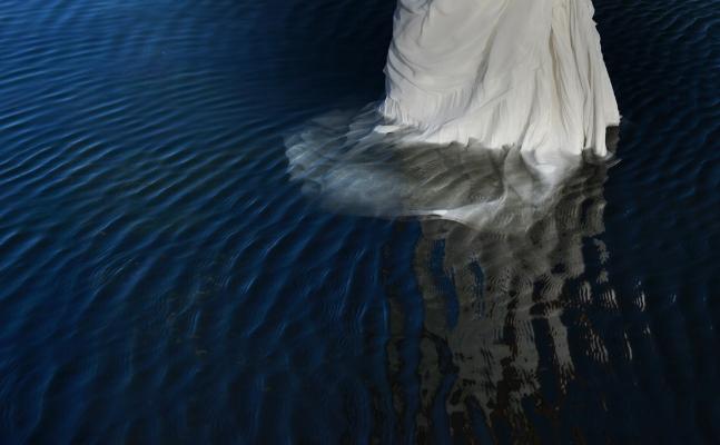 Luís Barreira  dress, 2017   performed by  Mariana  série:  Fotografia  arquivo:10_15_NK1_7498, 2017
