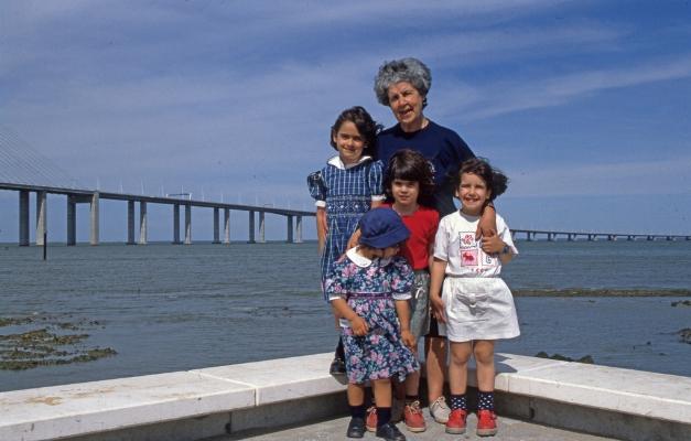 Luís Barreira  Expo'98  Lurdes Carvalho, Mariana Cavique, Rita Barreira, Inês Barreira e Catarina Cavique  Lisboa, 1998  série: no parque  Fotografia  arquivo:FOLIO_379_16885, 1998
