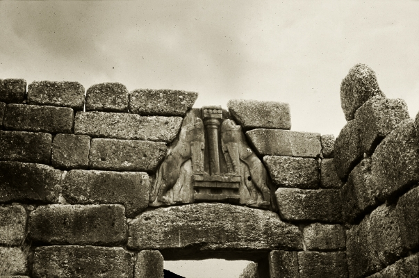 Luís Barreira  Porta dos Leões, 1984  Micenas  Grécia  série: antiguidade clássica  Fotografia  arquivo:SLIDE_Grecia_1378, 1984