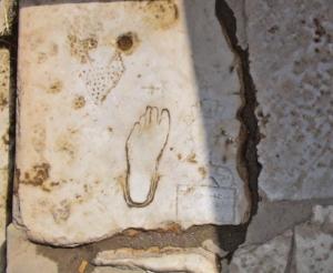 """Inscrição de um pé indicando, supostamente, a """"casa-do-prazer"""" em Éfeso.  Foto: Luís Barreira, 2005"""
