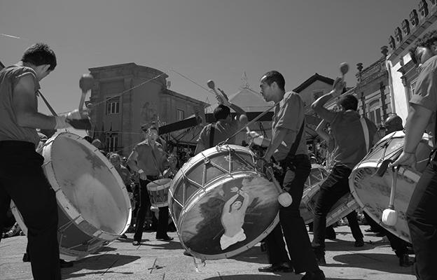 """Luís Barreira  """"o sagrado e o profano"""", 2012  Viana do Castelo  Festas da Santa Luzia  série: street photography  Fotografia  arquivo: 2012_08_17_NIK_0311"""
