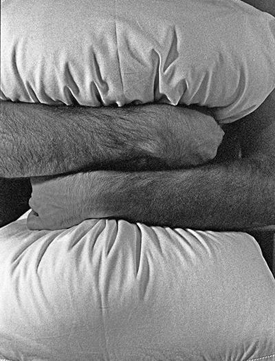 """Luís Barreira  """"abraço de urso"""", 1986  Portela  série: """"palavras nuas""""  Fotografia  Gelatin Silver print  arquivo: 1986_FOLIO_023_4350"""