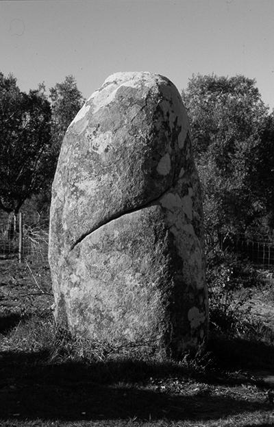 Luís Carvalho Barreira  Menhir do Almendres, 1999  série:  Fotografia  Gelatin Silver print  arquivo: 1999_FOLIO_434_653  câmara: Nikon FM2
