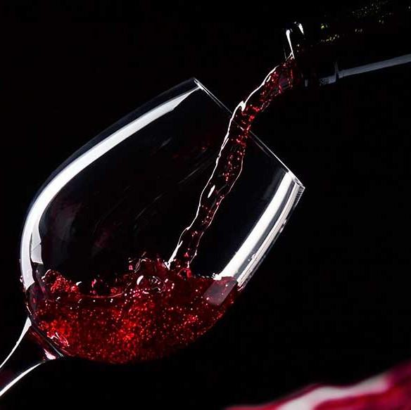 Vins Rouges - Notre sélection de vins français, italiens et du monde, reflets de leurs cépages, appellation et origines.Tous nos Vins Rouges >