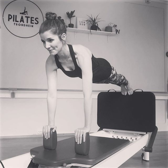 🦘Reformer + Jumpboard 🦘If I had to choose a favorite class then this would be my go-to combination💜All the benefits that the reformer provides - wonderful stretches, serious core, arm and back work, balance and coordination challenges .........PLUS the opportunity to add some heart pumping cardio 👣 After one or two jumps people are usually delighted with the feeling of being temporarily airborne but also surprised by just how much work jumping requires 😝This is definitely a class that will get your glow on!! Maybe we should add a dedicated Jumpboard class into the schedule .... what do you think??! 🧐#pilatestrondheim #reformerpilates #jumpboardpilates #cardiopilates #funfitness #dowhatyoulove #pilatesbody #pilateslife #healthylifestyle #pilatesstudio #balancedbody #letsplank