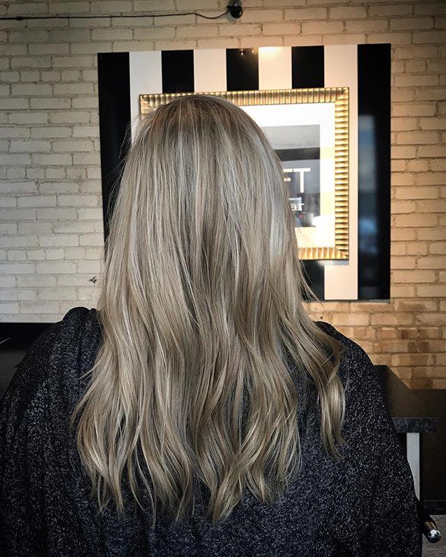 Blonde Beach Babe!☀️✨ @heatherharmz #redkenshadeseq #redkenready #redken #platinumblonde #beachhairwaves #blondehaircolor #blondehighlights #winnipegstylist