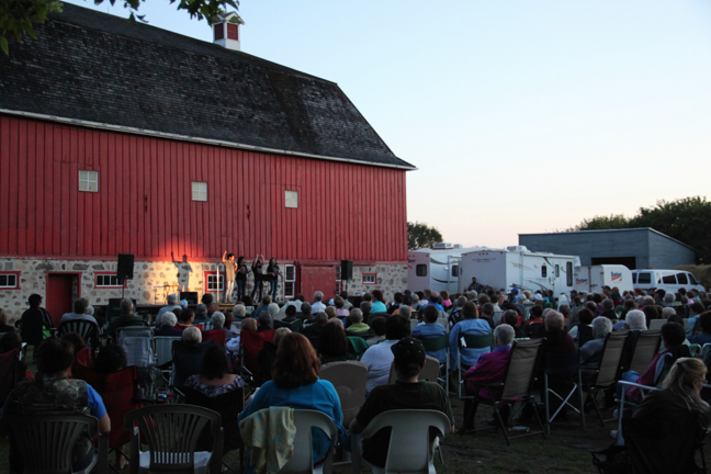Rory and his backup singers performing at Motherwell Homestead (Abernethy, SK)