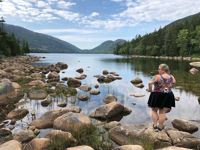 In the last post, we featured the popovers of the Jordan Pond House; in this post, here's Jordan Pond itself! Isn't it gorgeous? 😍 Who knew you could find these views in Maine?! . . . #travelingcouple #travelcouple #travellingcouple #marriedtravelers #travelcouples #travelingcouples #travelblogger #femaletravelblogger #acadianationalpark #acadianp #acadiamaine #mainelife #hikemaine #visitmaine #travelmaine #triptomaine #visitusa #visitamerica #travelamerica #americangemstones #maineisbeautiful #mainethewaylifeshouldbe #barharbor #barharbormaine #jordanpond #jordanpondacadia