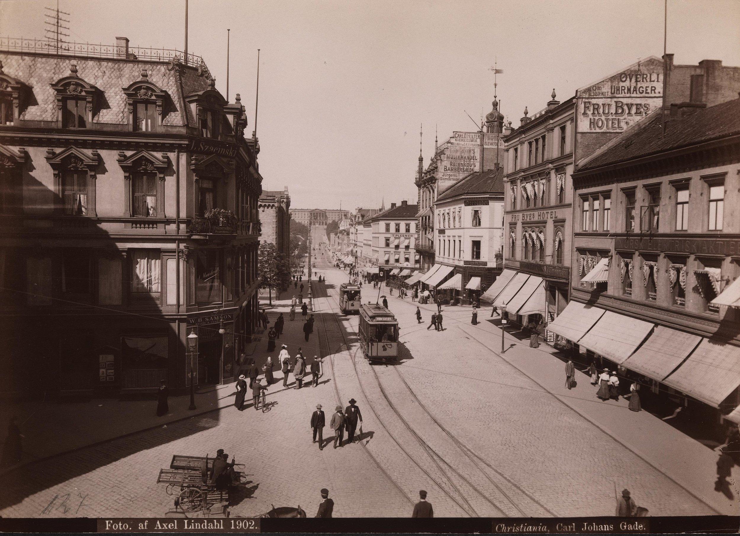 Utsikt fra Egertorget over  Karl Johans gate  opp mot  slottet  1902, med blant annet Fru Byes Hotel og W. B. Samson Bageri & Conditori Foto:  Axel Lindahl