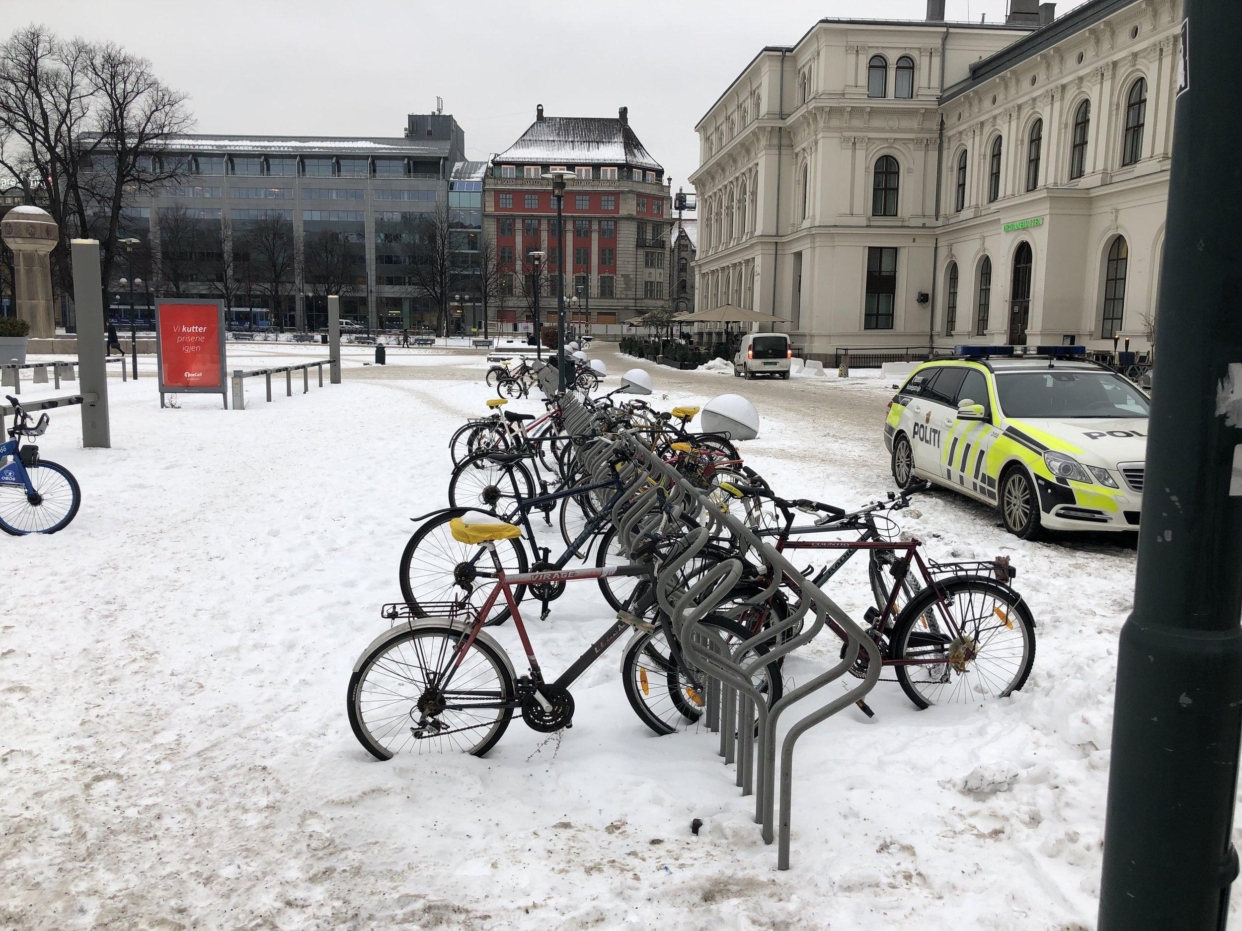 Utendørsparkering på Oslo S tilfredsstiller ingen krav.