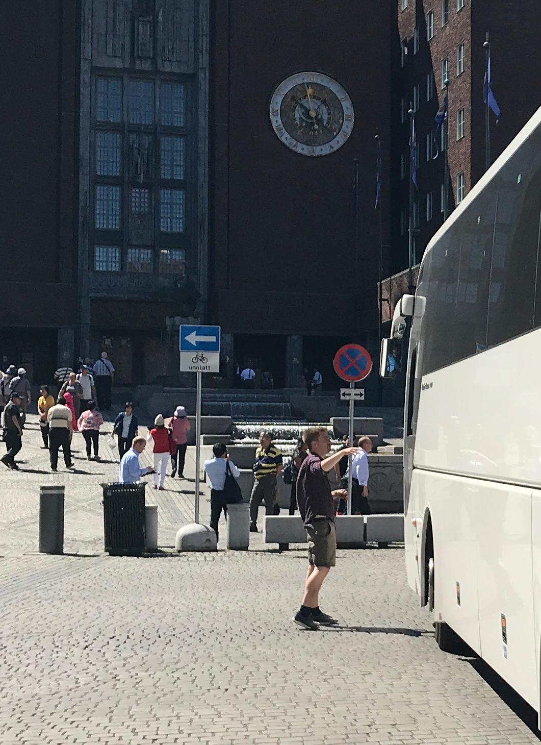 """Bystyrerepresentant Eivind Trædal for anledningen i shorts er godt kjent for å leke """"konstabel"""" på Fridtjof Nansens plass ved Oslo Rådhus. Bilfri plass er en av hans store merkesaker."""