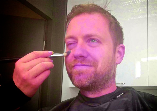 Andreas Halse blir sminket av NRK. Foto: Ukjent.