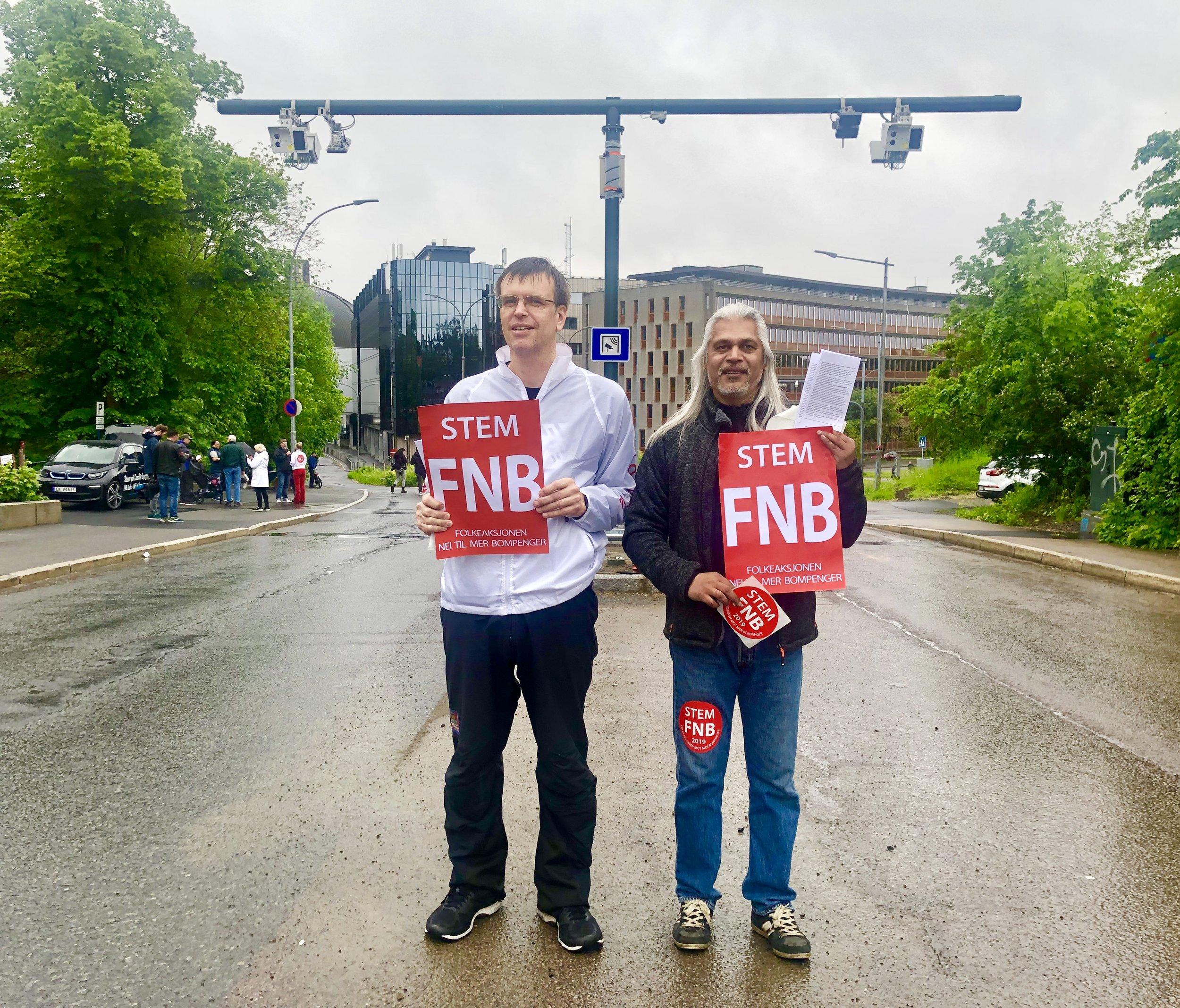 Her demonstrerer Bjørn Revil og Waheed A. Khan (FNB) ved galgen i Fridtjof Nansens vei.