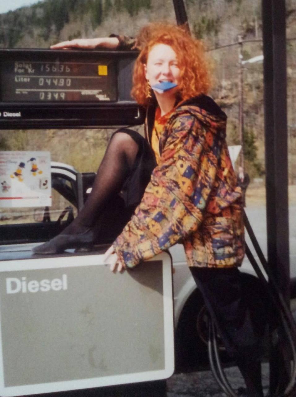 Bjørg er trolig den eneste norske politiker som har posert ved en dieselpumpe. Foto privat.