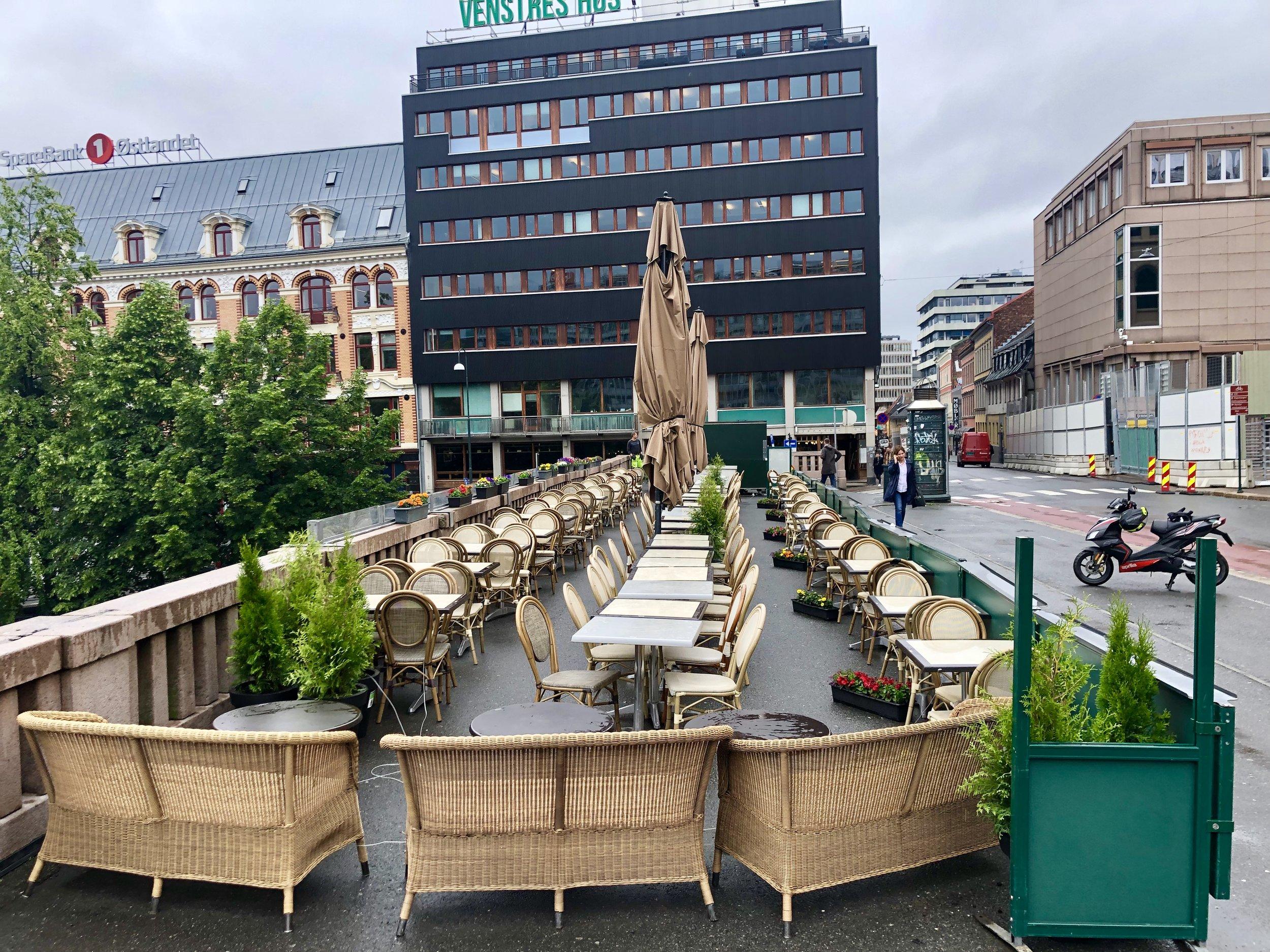 """Vegg i vegg med Raymonds """"storstue"""" har en restaurant uteservering med nærmere 100 sitteplasser?"""