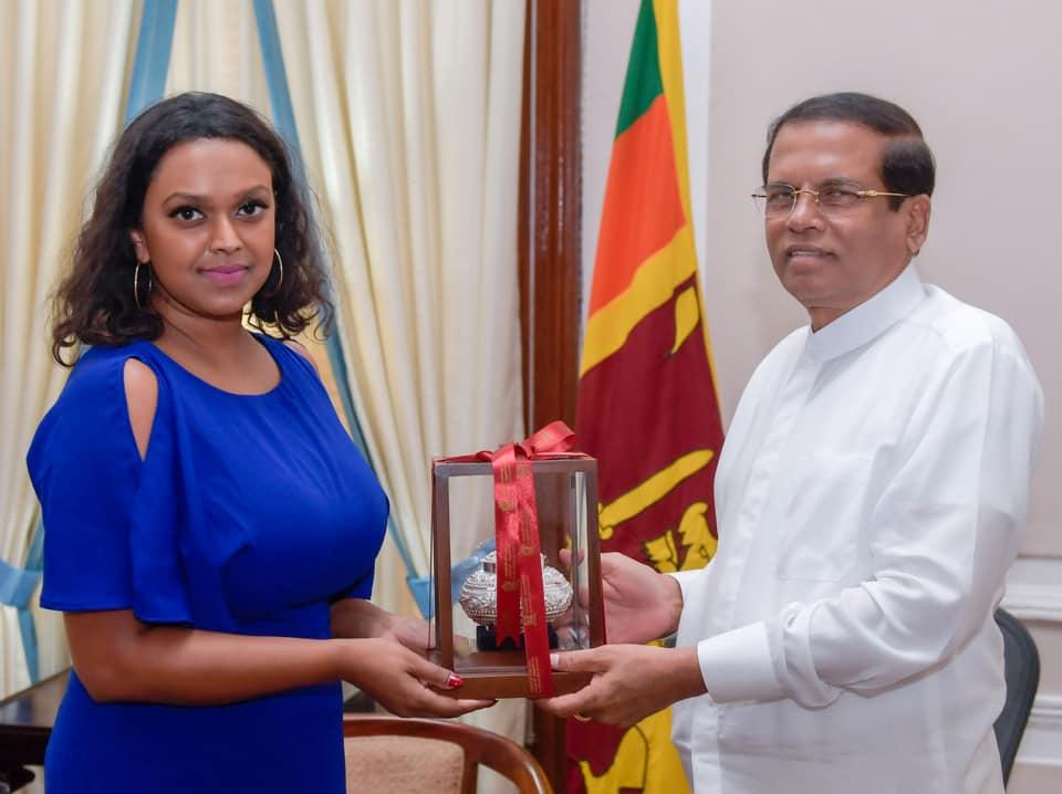På Sri Lanka møter varaordføreren landets president og får gave.