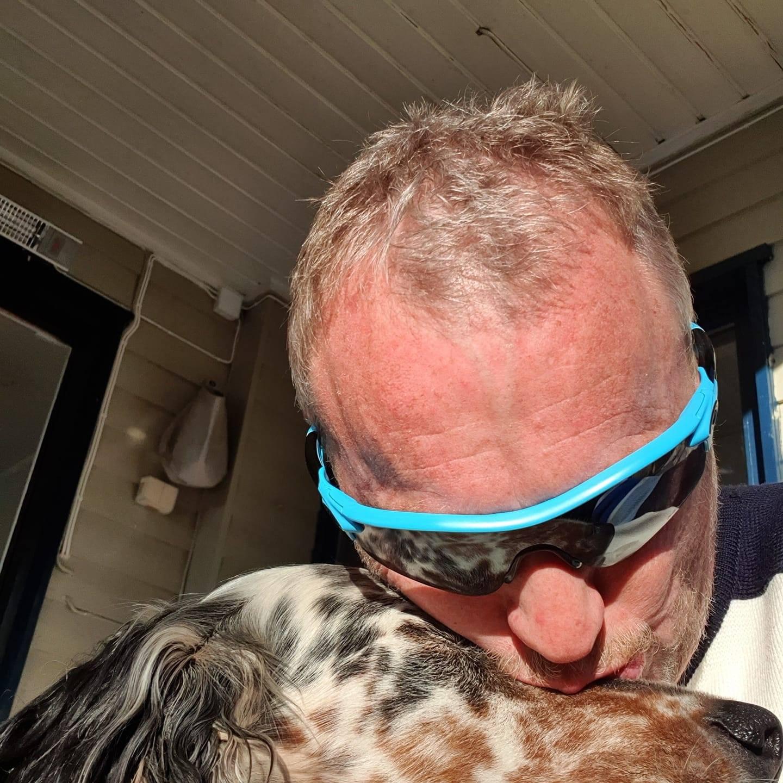 Byrådsleder Raymond Johansen er iallfall glad i hunden sin. Foto: Ukjent.