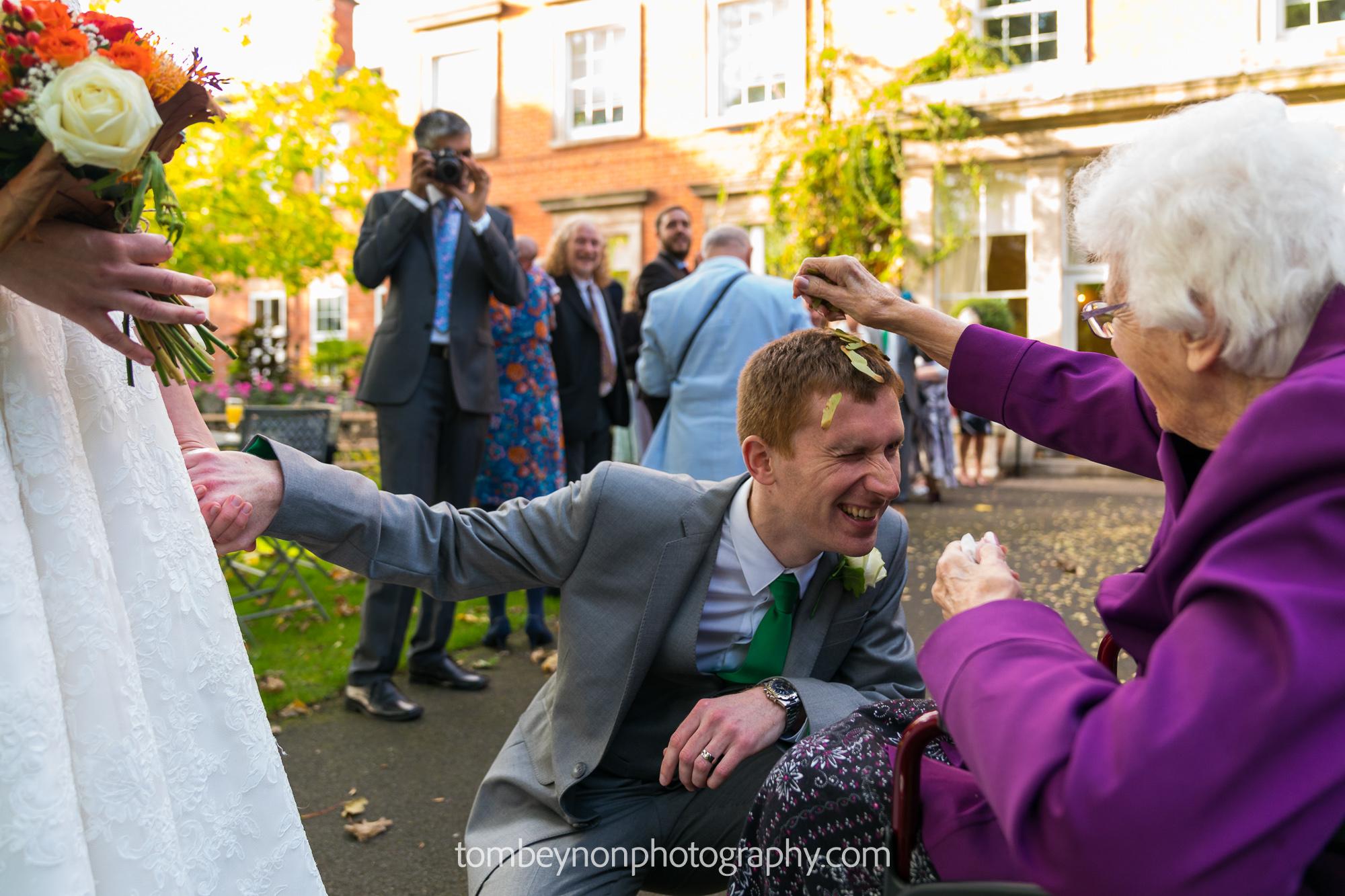 groom kneels for confetti